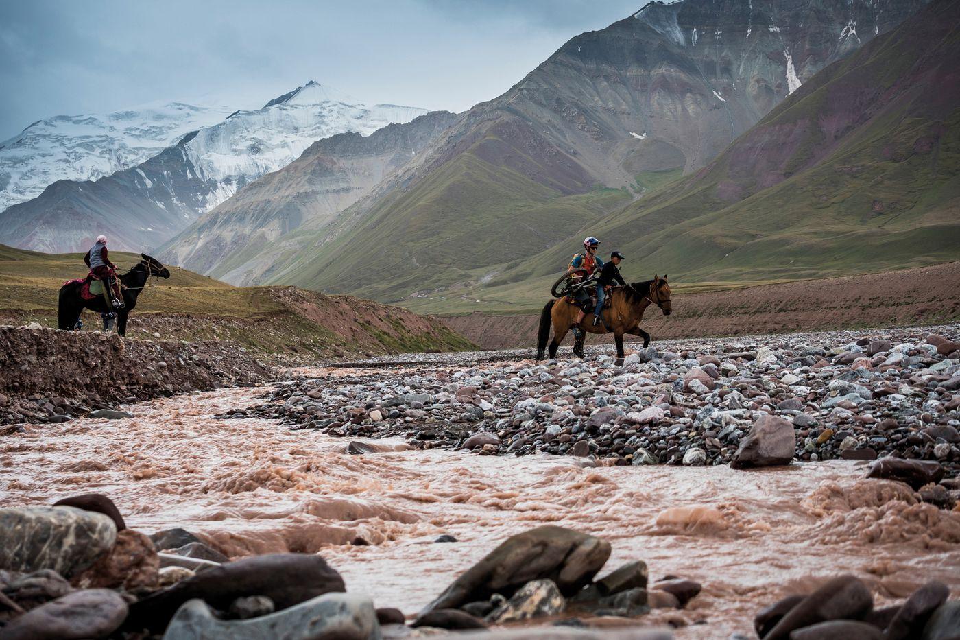 Durchs Wilde Kirgistan - Mit dem Pferden über den Fluss